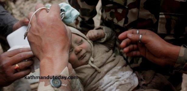 29abr2015---um-bebe-de-quatro-meses-foi-encontrado-nos-escombros-do-terremoto-de-78-de-magnitude-que-atingiu-o-nepal-no-ultimo-sabado-25-a-crianca-sobreviveu-por-tres-dias-sozinha-e-foi-resgatada-1430324781821_615x300